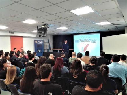 Esteban Ferrarotti y los alumnos en la charla.jpg