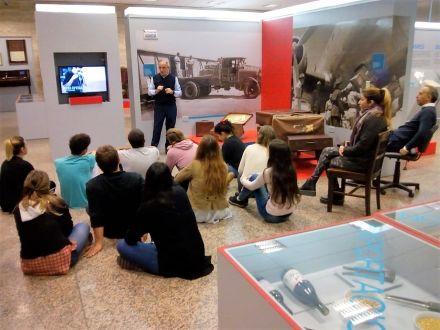 Los alumnos en el museo de la AFIP.jpg