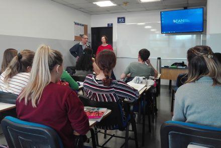 Abby Goodall y Ricardo Lynch en el aula.jpg