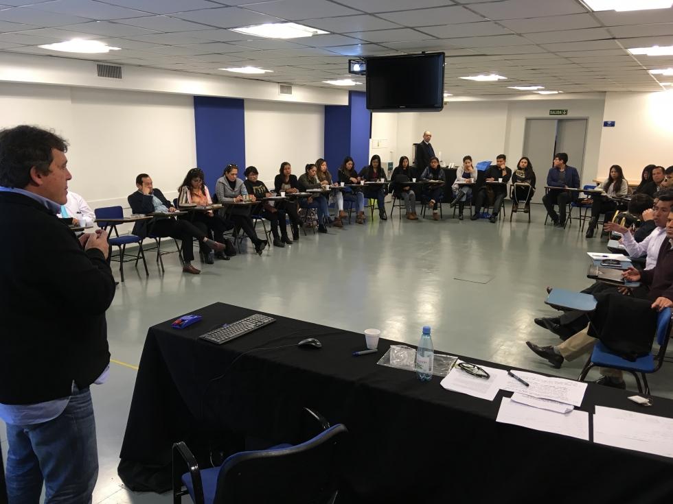 9. Alumnos junto al Prof. Carlos Sprei en el cierre de la actividad.jpg
