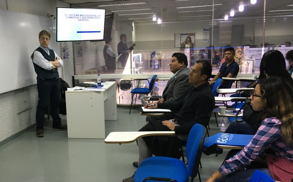 3. Alumnos junto al Prof. Eduardo Bianchi en el desarrollo de los módulos.jpg