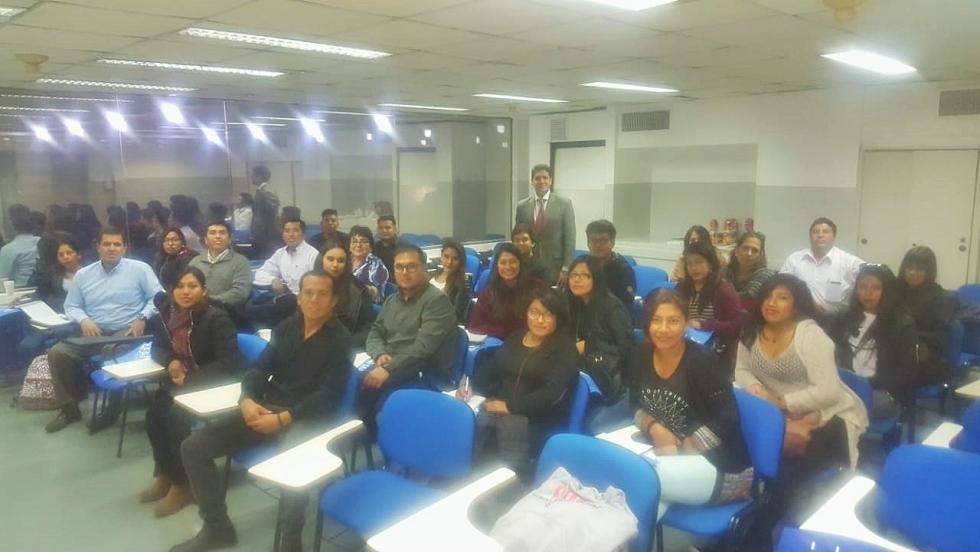 2. Alumnos en la Apertura del Seminario con el Lic. Daniel Iglesias.jpg